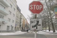Vandali bezohľadne ničia dopravné značky