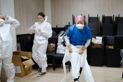 Hrdinami dnešných dní sú zdravotníci: takto vyzeral deň Kristíny z Rosiny počas testovania