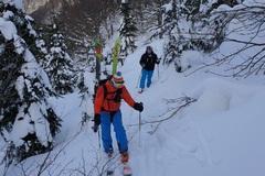 Pod Oštiepkovou muldou uviazol lyžiar