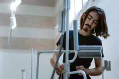 Umelec balansuje medzi objavovaním a konštruovaním