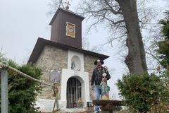 Stará sa o kaplnky a kríže, na ktoré sa zabudlo, FOTO