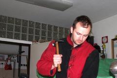 Nezvyčajný koníček: Mladý muž zKysúc vyrába stredoveké brnenie