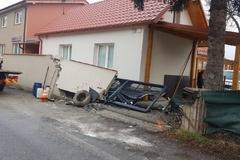 Nehoda autobusu s cestujúcimi do automobilky: Hasiči hlásia 9 zranených v Celulózke, FOTO