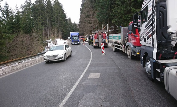 Na ceste z Bytče do Makova sa prepadla vozovka, medzi Lutišami a Radôstkou spadli betónové stĺpy, FOTO