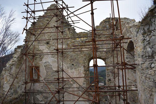 Západná stena zadného paláca po zásahu.