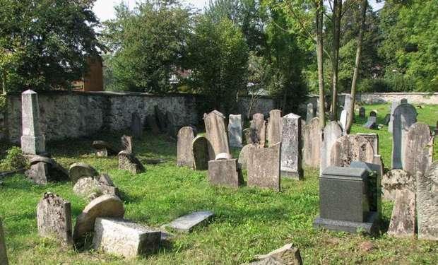 Skvelá práca policajtov z Rajca: Na židovskom cintoríne mali vyčíňať deti