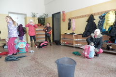 Pri vyučovaní im zo stropu kvapká voda