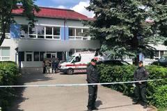 Mimoriadna udalosť vo Vrútkach: 22-ročný muž z Martina napadol pracovníkov školy, z miesta hlásia obete, FOTO