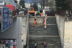 Schody na Bernolákovu konečne opravujú
