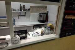 Fyzický útok v podchode na stanicu skončil rozbitým výkladom na stánku s občerstvením