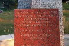 Jeden pamätník poškodený, druhý časom vybledol