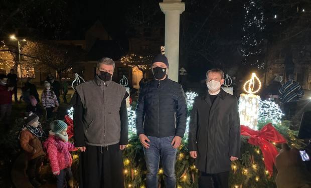 Ľuďom vyslali radostnú nádej: najväčší adventný veniec v kraji pýchou Kysučanov