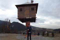 Nad Nezbudskou Lúčkou stojí dom na stračej nôžke