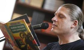 Braňo Jobus číta zo svojich kníh pred kníhkupectvom