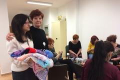 Zručné žienky zGbelian háčkujú deky pre deti zdetského domova