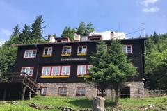 Záchranná akcia na Chate pod Suchým: vyčerpaného turistu transportovali až do Nezbuda