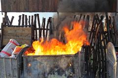 Na Solinkách horeli kontajnery na odpad. Požiar poškodil aj odparkované autá, FOTO