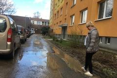 Pod oknami bytovky majú neželanú mokraď