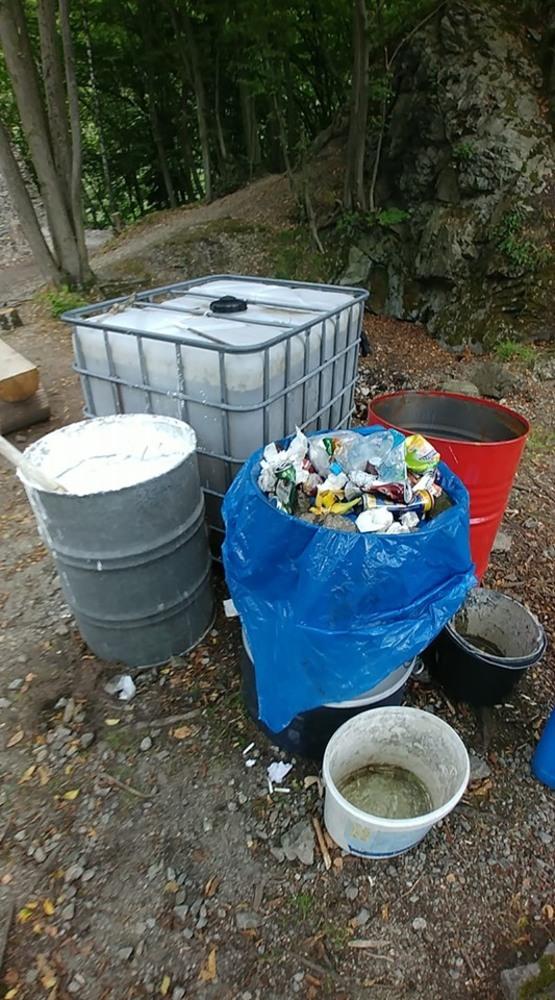 Súd na piesok si niektorí návštevníci hradu zamieňajú s odpadkovým košom.