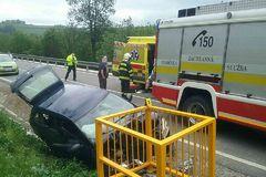 Vážna nehoda na Kysuciach: auto vrazilo do kovovej konštrukcie pri ceste, FOTO
