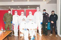 Tretie kolo testovania v Gbeľanoch: počas čakania občania fandili Vlhovej i Šošonom