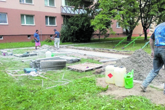 Asfaltové chodníky, ktoré kedysi viedli k pieskoviskám, opäť poslúžia deťom