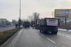 Žilinu zablokoval štrajk autodopravcov. Polícia odkláňa dopravu po obchádzkových trasách