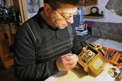 Jeden z posledných majstrov hodinárov žije vo Frivalde