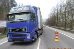 Na Kysuciach došlo k nehode kamióna s chodcom