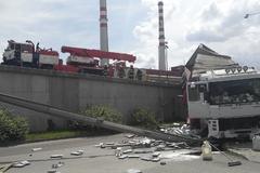 Skoro celý kamión sa zrútil z mosta