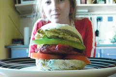 Cviklovo-mrkvový burger v domácej žemli