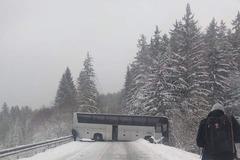 Hustý sneh ukazuje svoju silu na cestách: Nehody i neprejazdné úseky