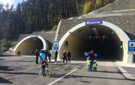 Tunel Považský Chlmec otvorili chodci, cyklisti i korčuliari