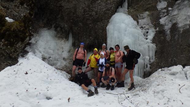 Otužujú sa nielen vo vode, ale aj v prírode. Zimná turistika v Jánošíkových dierach.