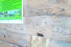 Prístrešok na vrchu Skalky poškodili vandali