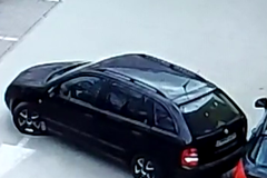Polícia žiada o pomoc: neznámy vodič pri cúvaní zrámoval druhé auto a z miesta ušiel