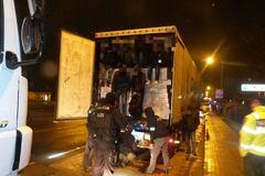 V Budatíne zastavili dva kamióny s migrantmi. Zo Slovenska ich pravdepodobne vyhostia
