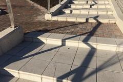 Nové schody potrápila zima, sú popraskané
