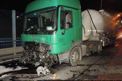 Pred tunelom Horelica došlo k tragickej nehode. Zrážku s kamiónom neprežil vodič osobného vozidla, FOTO