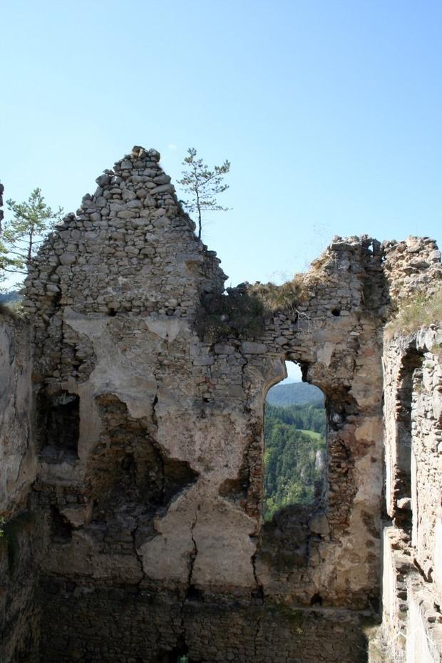 Západná stena zadného paláca pred zásahom.