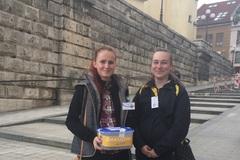 Vuliciach mesta dávajú dobrovoľníci nezábudky