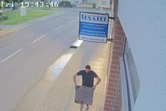 Muž sa ulakomil na kanalizačný poklop, usvedčila ho kamera