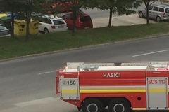 FOTO: Na Hájiku horel kontajner na separovaný odpad, hasiči zabránili šíreniu požiaru na autá