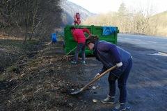 Turisti zo Strečna vyčistili parkovisko pri Domašíne