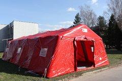 Areál nemocnice s hlavným červeným stanom