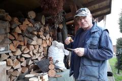 Jozef vyrába vianočné dekorácie z dreva