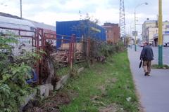 Múry železničného plota pukajú, konštrukcia padá