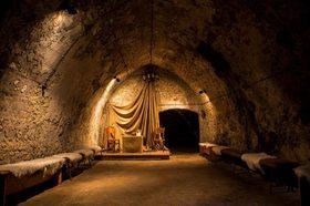 August v katakombách