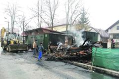 V Belej zhorela drevenica, smrti unikol majiteľ o vlások