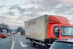Polícia upozorňuje na kolóny pri Stráňavách v dôsledku dopravnej nehody